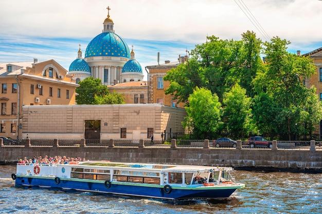 푸른 하늘 상트페테르부르크 러시아와 함께 여름에 제방의 아름다운 탁 트인 전망