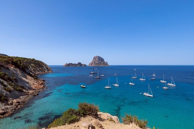 Прекрасный панорамный вид на гору эс ведра и морские парусные яхты. ибица, балеарские острова. испания