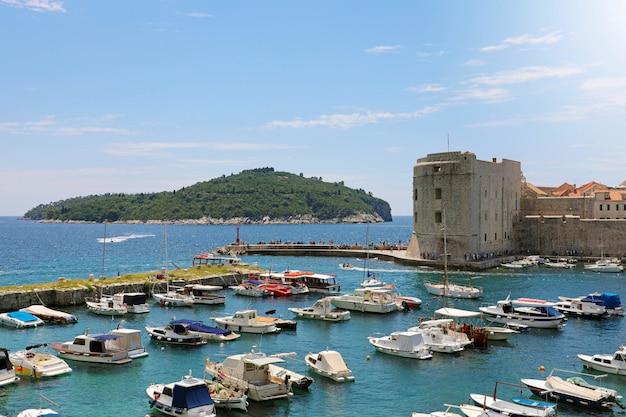 Красивый панорамный вид на старую гавань дубровника с острова локрум, хорватия, европа