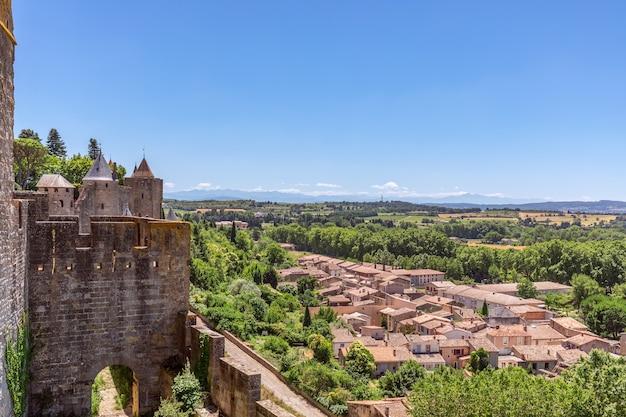 カルカソンヌの町の中世の城の壁から街の旧市街の美しいパノラマビュー