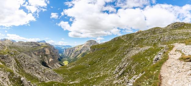 Прекрасный панорамный вид на долину валь-гардена. итальянские доломиты, южный тироль, италия