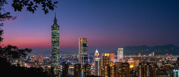 美しいパノラマビュー、台北101タワーや他の建物の夕暮れのシーン。台湾。象山(象山)からの眺め。