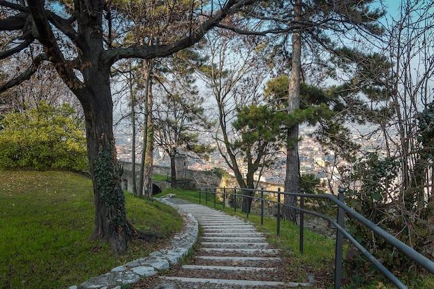 晴れた晴れた日にブレシアの街の城の美しい公園