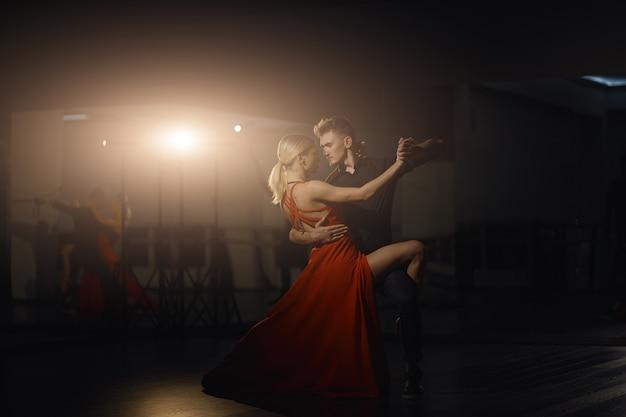 Красивые страстные танцоры танцуют