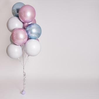 コピースペースと灰色の背景の上の美しいパステル気球