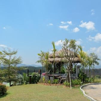 Красивый внутренний дворик для отдыха с прекрасным видом на горы. южный таиланд
