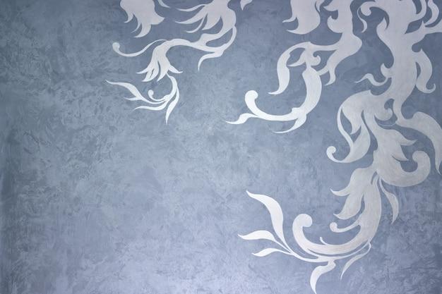 Красивый узор из листьев растений на гипсовой стене