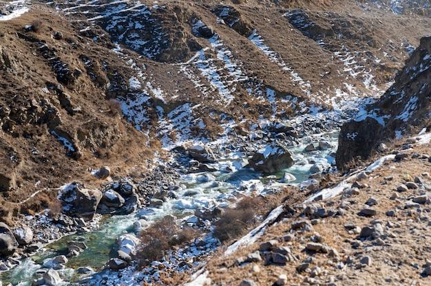 冬の山の川の水の美しい平和な景色。