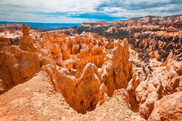 Beautiful peaks on the trekking queens garden trail in bryce national park, utah. united states