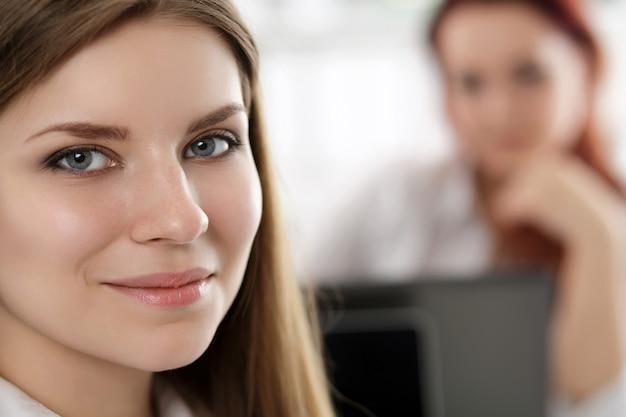 사무실에서 그녀의 작업 장소에 앉아 아름 다운 잠겨있는 사업가