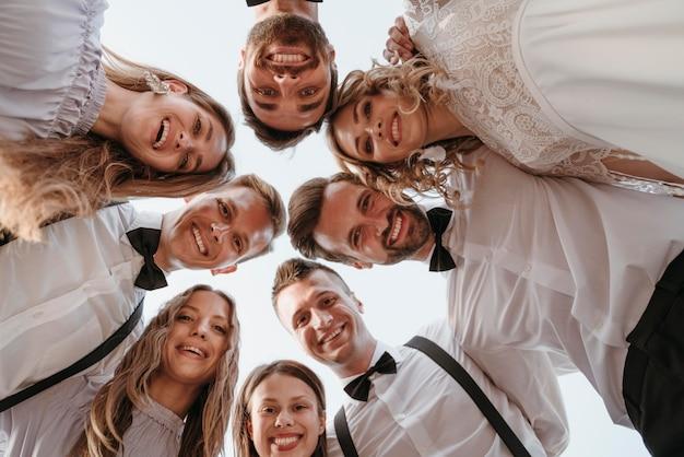 해변에서 결혼식을 축하하는 아름다운 사람들
