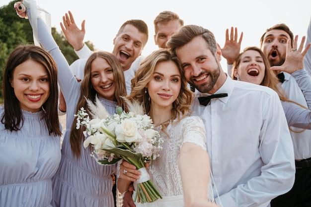 ビーチでの結婚式を祝う美しい人々