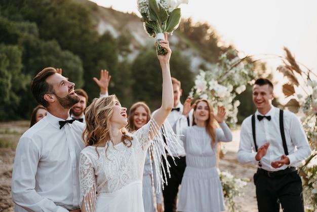 Bella gente che celebra un matrimonio sulla spiaggia