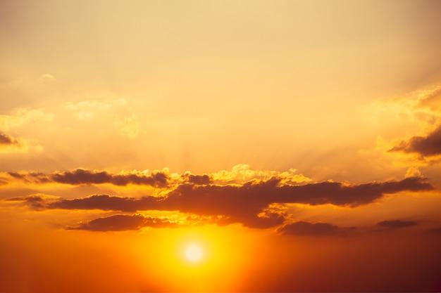 自然の空の背景の壁紙のための美しい完璧な真っ赤な暑い夏の空の日没の夕暮れまたは夜明けの写真画像画像