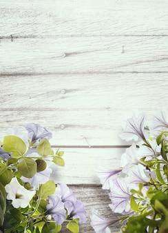 ストライプの木製の壁に美しいペチュニア。