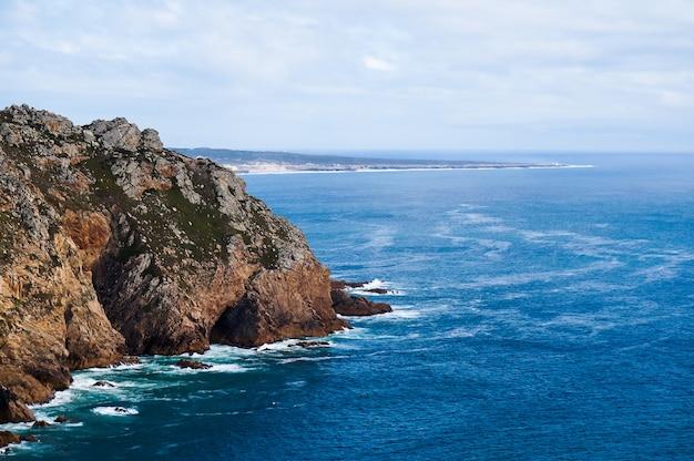 岩、海、植生を描いた美しい写真