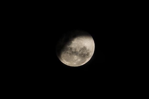 가까운 초승달의 아름다운 사진
