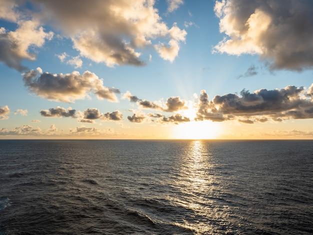 夕方の海の美しい写真。レジャーと旅行の概念