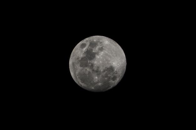 近くの満月の美しい写真