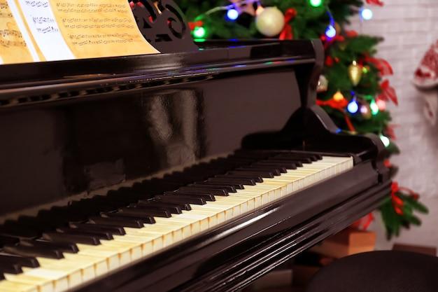 방에 아름다운 피아노. 크리스마스 음악 개념