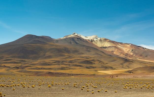 푸른 하늘 아래 매혹적인 산의 아름다운 그림