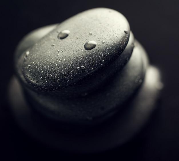 스파 뜨거운 돌의 아름 다운 그림 위에서 볼. 어두운 배경. 상단. 스파 개념.