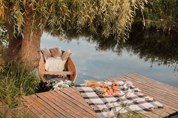 木製のボートで湖のそばの美しい桟橋