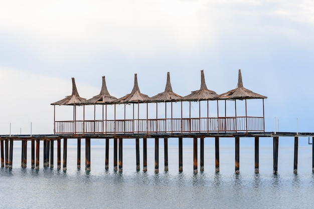 Красивый пирс на берегу средиземного моря.