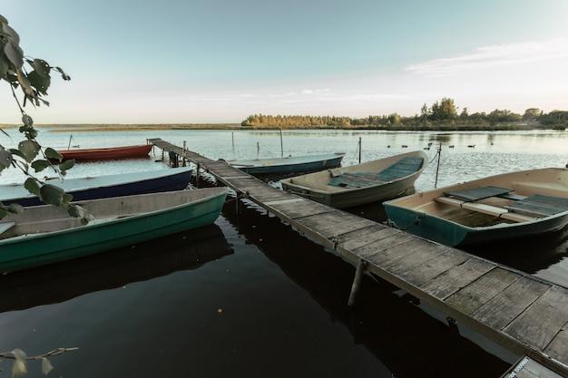 漁師の木製ボートが休んでいる美しい桟橋。