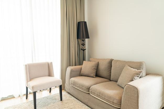 Красивое украшение подушки на диване в гостиной