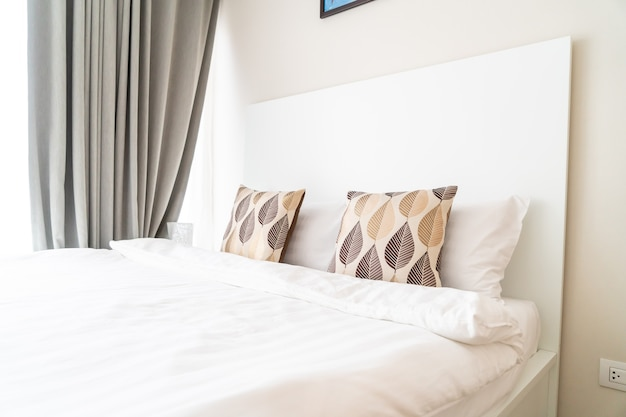 Красивая подушка на украшение кровати в спальне