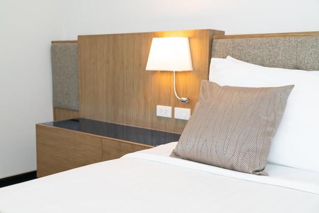 침대 장식 룸 인테리어에 아름다운 베개