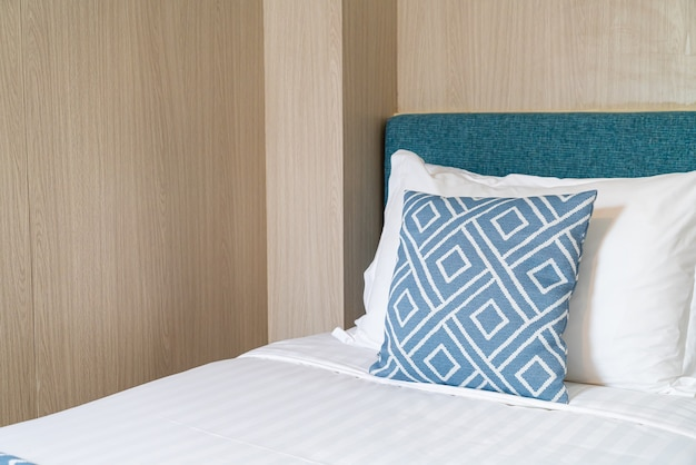 Красивая подушка на кровати украшение интерьера комнаты