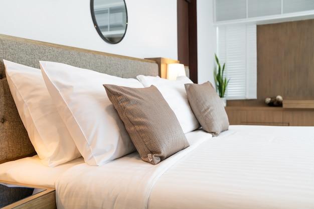 ベッドの装飾の部屋のインテリアの美しい枕