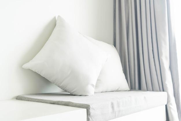 Красивая подушка на диване в гостиной