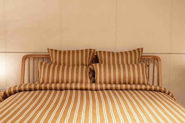 Красивое украшение подушки на интерьер кровати украшение в спальне