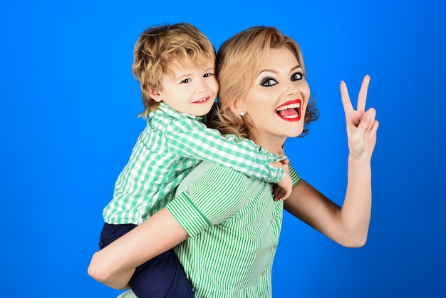 아이 카피와 함께 여름 스타일의 재미있는 복고풍 패션 소녀에 행복한 아이가 있는 아름다운 핀업 모델