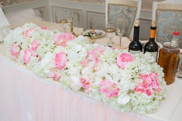 결혼식 날 테이블에 아름다운 분홍색과 흰색 꽃