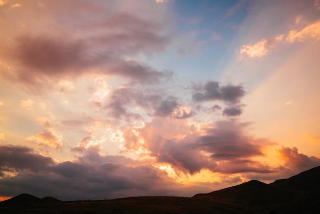 Красивый розовый синий закат в горах