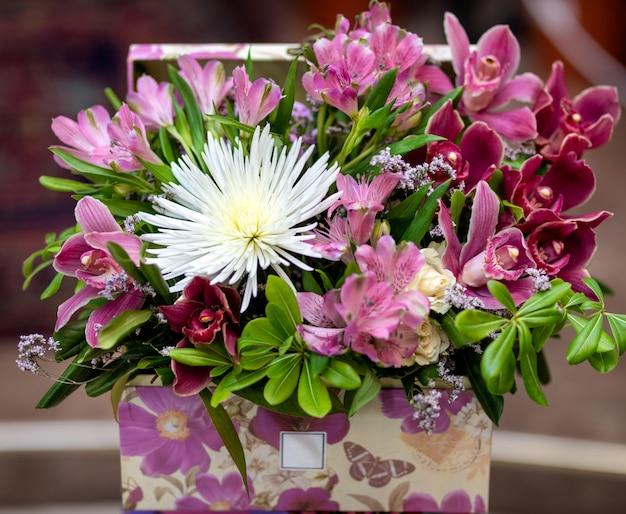 Красивый розовый букет цветов в коробке