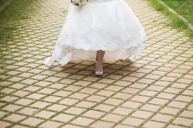 모조 다이아몬드로 장식 된 아름다운 분홍색 신부 신발