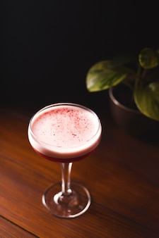 グラスに泡を入れた美しいピンクのカクテル。