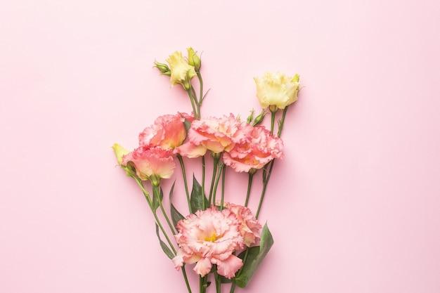 パステル調の背景に美しいピンクの花の花束。休日と愛