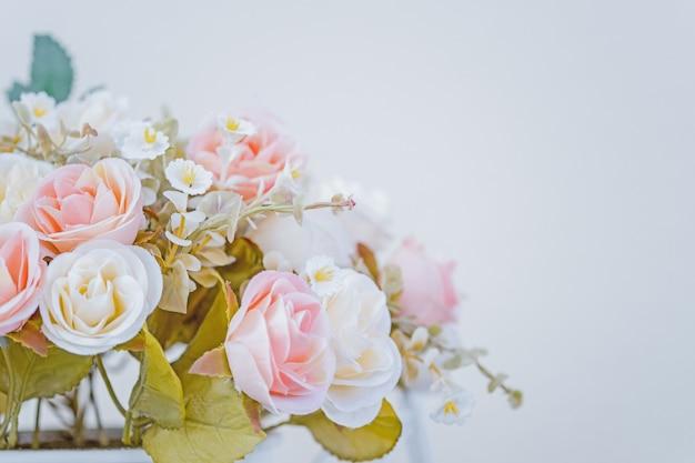 家の装飾に使用される植木鉢の美しいピンクの花。