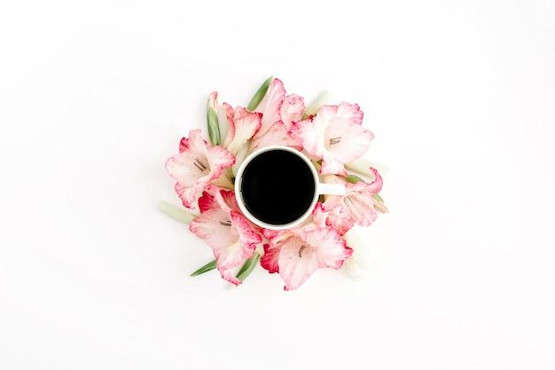 美しいピンクのグラジオラスフラワーフレームとコーヒーカップ