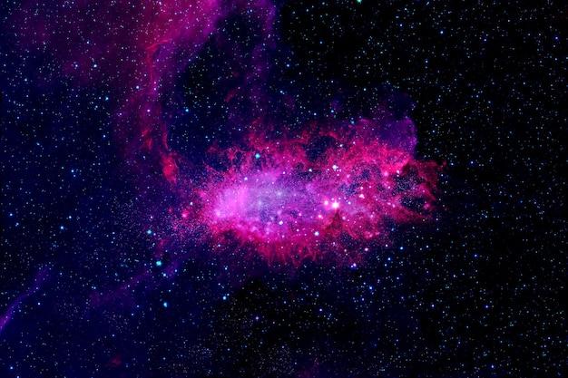 Красивая розовая туманность в глубоком космосе. элементы этого изображения были предоставлены наса. для любых целей.
