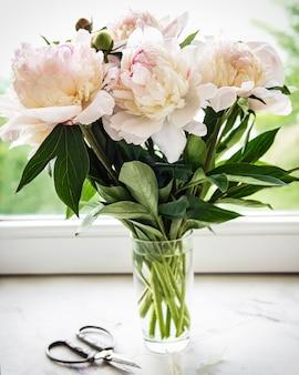 Красивый букет розовых пионов в вазе. весеннее настроение, романтический подарок.