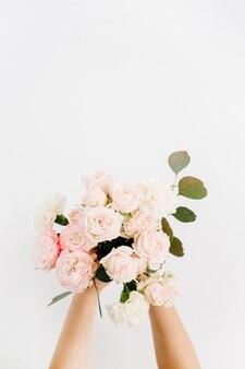 Красивый розовый цветок розы и букет ветвей эвкалипта в руке девушки, изолированные на белом