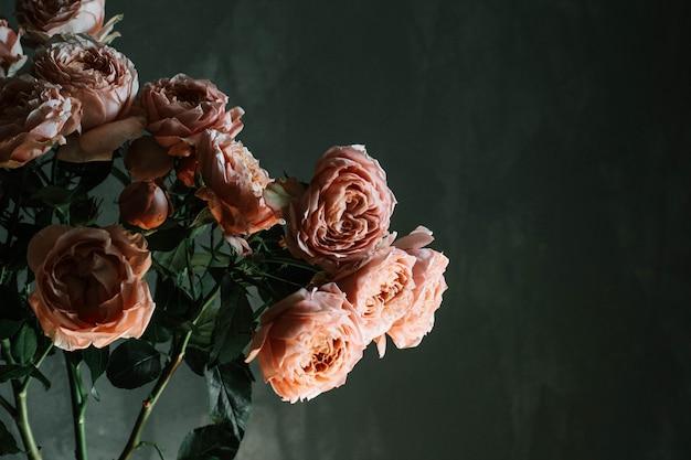 ガラス花瓶、copyspaceの美しいピンクのバラの花束