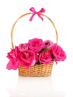白で隔離のバスケットの美しいピンクのバラ